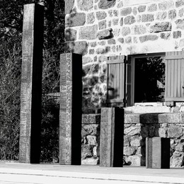 Sculptures ENTRE TERRES perspectives au jardin, l'art et la matière   #decoration #ceramics #decorationinterieur #potter #faitmain #handmade #madeinfrance #art #hotel #architecture #architectedinterieur #mobilier #artisandart #artisandartdefrance #ceramiquecontemporaine  #terre #ceramicdesign #design #sculpture #interiordesign #interiordecoration #black  #sculpture #gallery #lifestyle #wabisabi #craft #zen #artistsoninstagram #stoneware